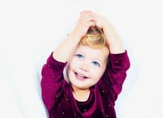 kékszemű mosolygós kislány