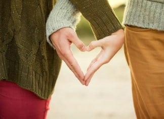 szívet formál női és férfi kéz