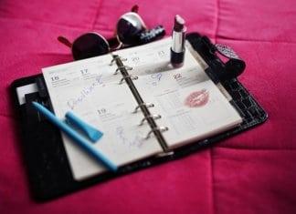 nyitott határidőnapló az asztalon rúzzsal