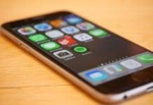 mobiltelefon az asztalon