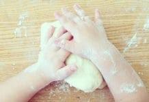 kisgyerek só-liszt gyurmát gyúr