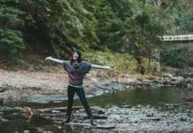 boldog nő a pataknál