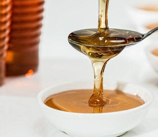 kanálba csorgó méz