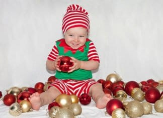 baba karácsonyfa díszek között