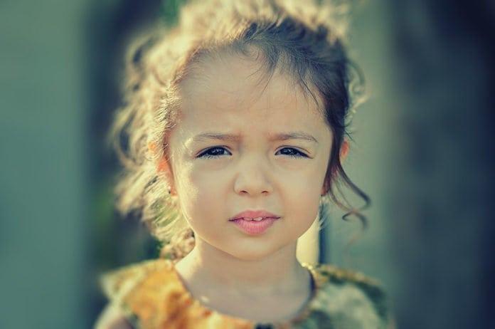 hunyorgó kislány