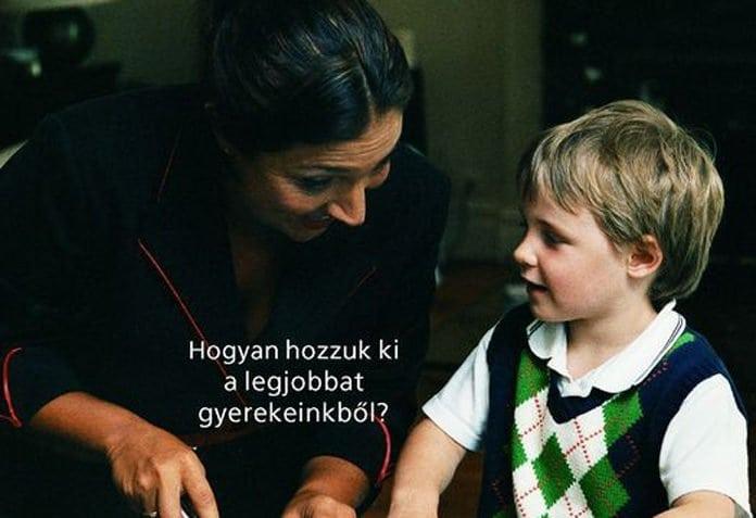 nő beszélget egy kisfiúval