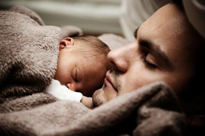 apa hasnál alszik az újszülött