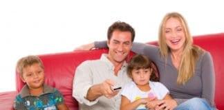 család tévét néz