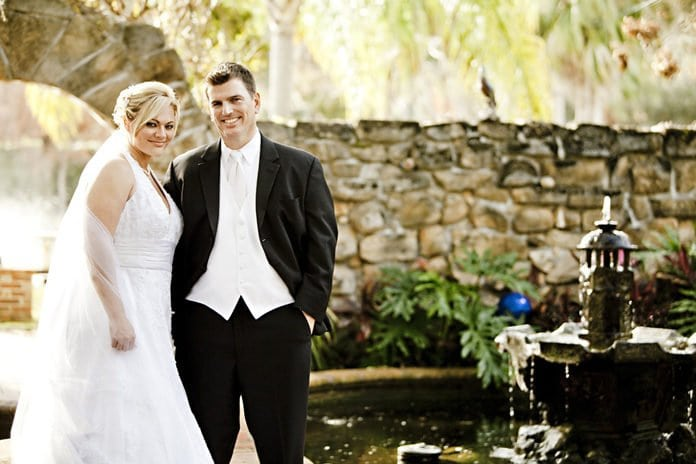 menyasszony és vőlegény a parkban
