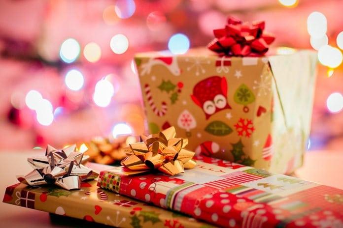 becsomagolt karácsonyi ajándékok