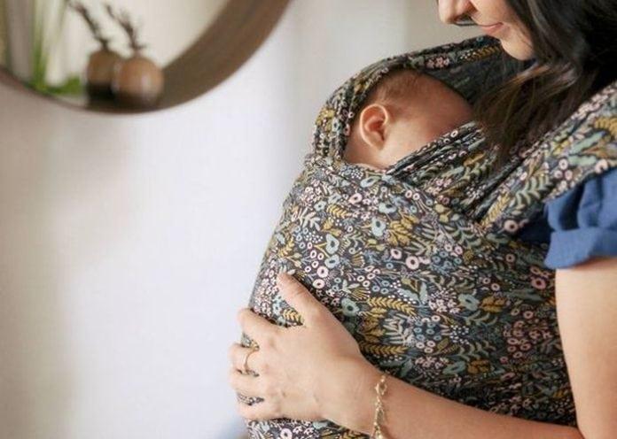 kisbaba hordozó kendőben