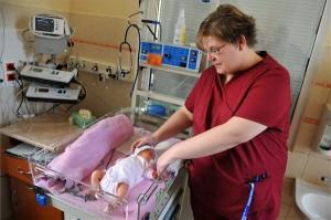 Baginé Timkó Judit nővér nyugtat egy csecsemőt a Semmelweis Egyetem I. számú Gyermekgyógyászati Klinikája koraszülött intenzív osztályán.MTI Fotó: Kovács Tamás
