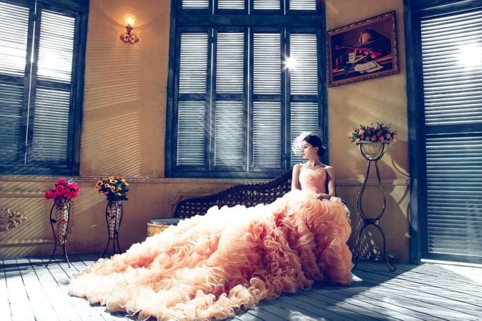 Idén színesek az esküvői ruhák