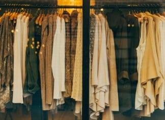 női ruhák a kirakatban
