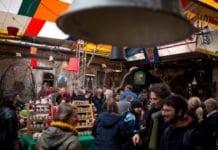 belvárosi piacon mennek az emberek