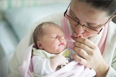 Sándorné Forró Tünde tartja karjában újszülött kislányát, Sándor Lizettet. MTI Fotó: Balázs Attila