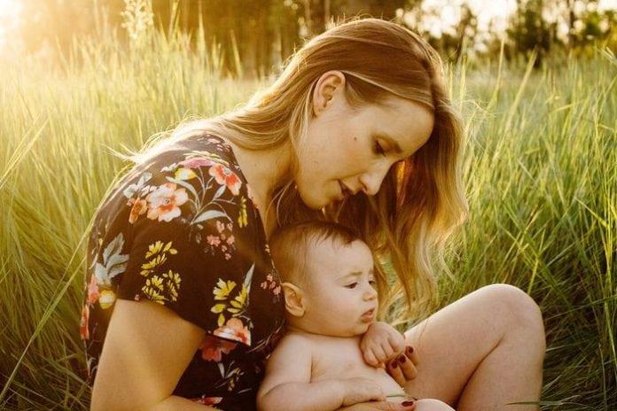 anyuka ölében a babájával