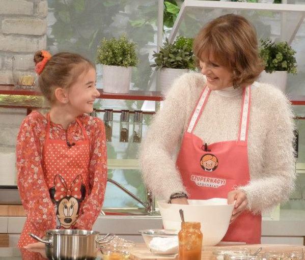 kislány a nagymamával sütit süt