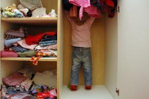 A ruhákról könnyen leváló díszítések veszélyforrást jelentenek