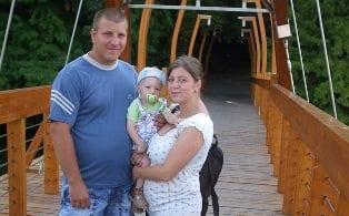 A meggyógyult kisfiú szüleivel