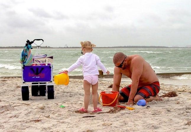 homokozó kislány apukájával