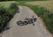 bicikli hever az út közeépn