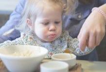 kisgyermek eszik