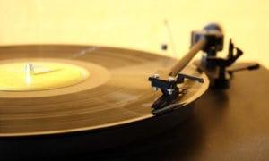 lemezjátszó - bakelit lemezzel
