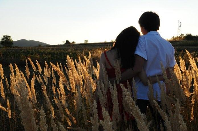 fiatal pár a búzamezőben naplementekor