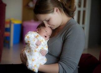 fiatal édesanya újszülött kisbabajával