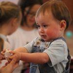 2 éves kisfiú a bölcsiben