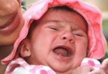 síró csecsemő, kislány