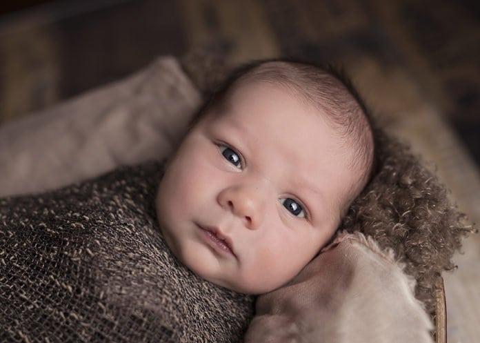 kisbaba őszi ruhába öltöztetve