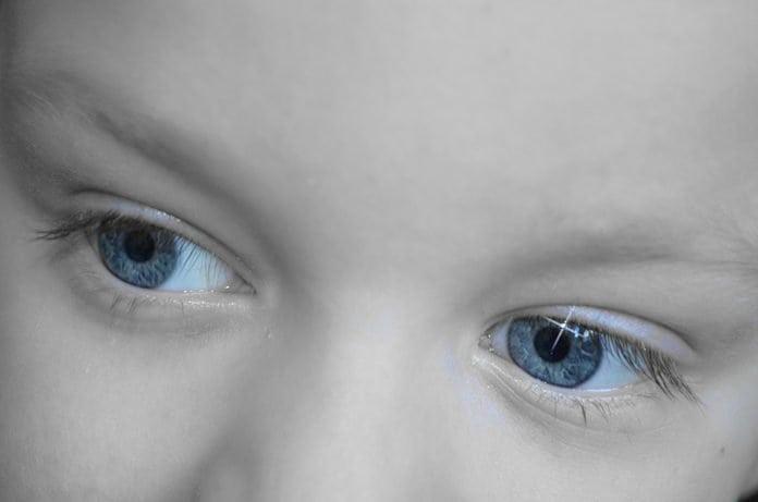 kékszemű kisgyerek szemei közelről