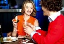 fiatal pár étteremben vacsorázik