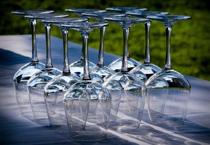 lefelé fordított üres boros poharak