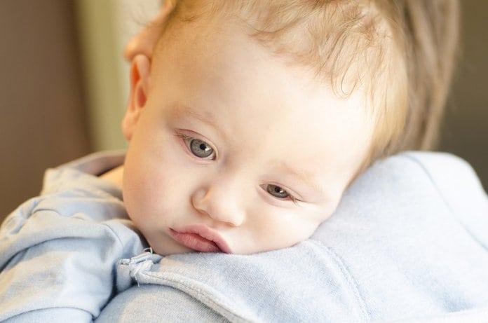 beteg baba az anyja vállán