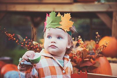 Kisfiú őszi fejdíszben