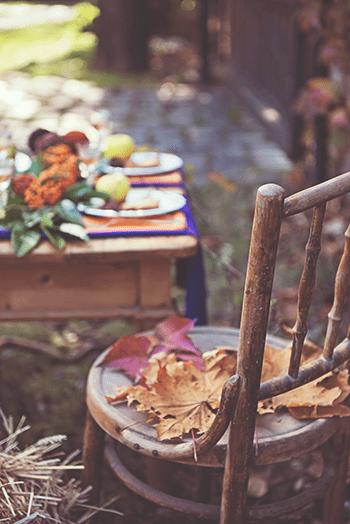 őszi hangulatban megterített asztal székkel