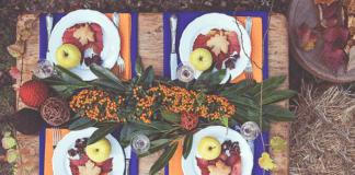 ünnepien megterített asztal