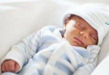 alvó újszülött sapkában