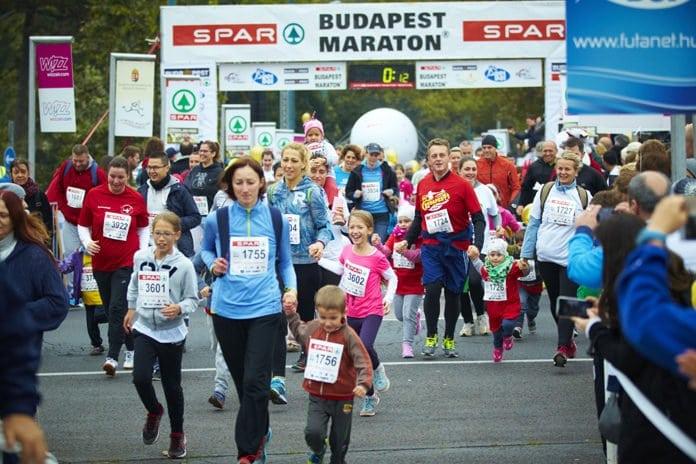 anyauka fut a gyerekével a Budapest Maratonon