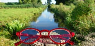 piros keretes szemüveg egy farönkön