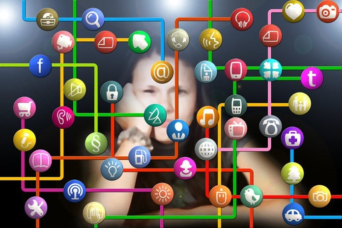 fiatal nő a közösségi oldalak hálója előtte