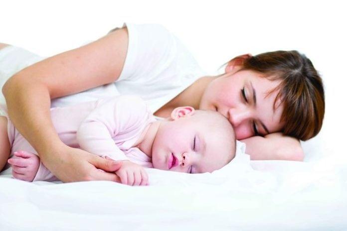 anyuka a babájával fekve alszik