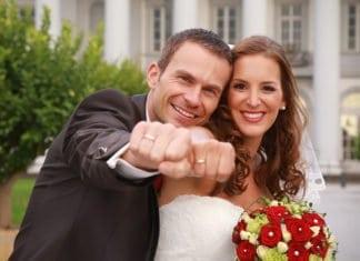 ifjú pár mutatja a jegygyűrűjét