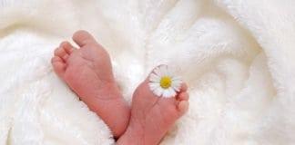 újszülött baba lábacskái