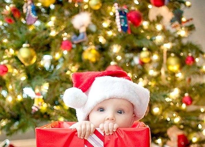 baba mikulássapkában a karácsonyfa alatt