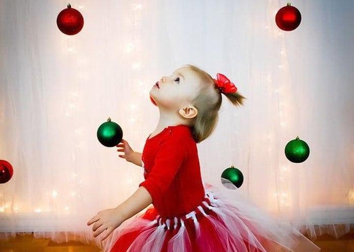 kislány karácsonyi hangulatban