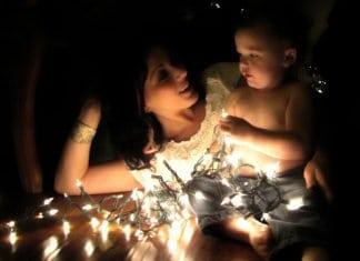 karácsonyi fényekben anya és babája